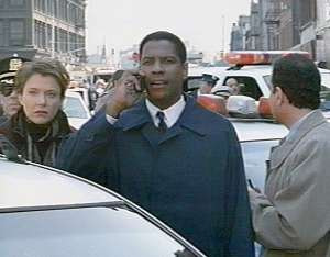 Hub (Denzel Washington) caps the hostages during negotiations